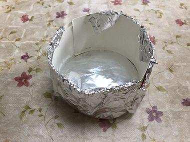 アルミホイルと牛乳パックでケーキ型を作っています。
