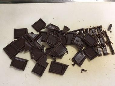 板チョコを細かく砕いています。
