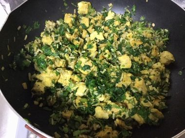 高野豆腐とえのきと大根葉のカレー炒めを作っています。