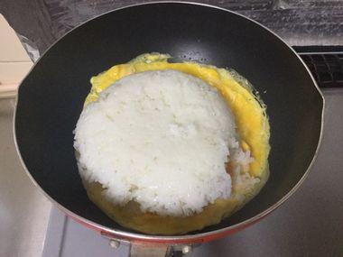 炒めた卵にご飯を加えたところです。
