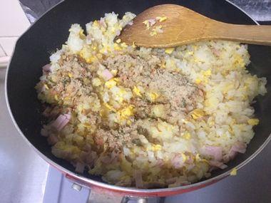 炒めたご飯にチャーハンの素の粉末を振りかけたところです。