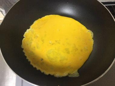 フライパンに溶き卵を流し込んだところです。