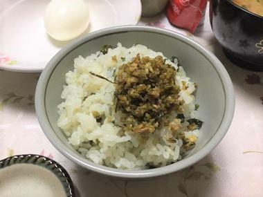 カブの葉っぱと生姜のふりかけが、ワカメシジミご飯の上にのっています。