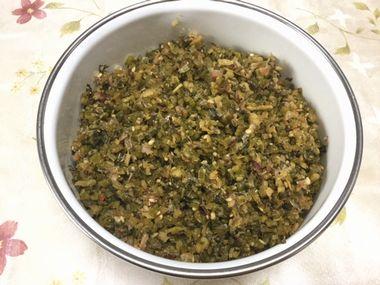 容器に入れたカブの葉っぱと生姜のふりかけです。