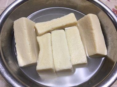 高野豆腐を戻している様子です。