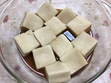 高野豆腐の煮物をレンジで作っています。