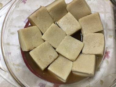 高野豆腐をレンジで煮込んでいます。