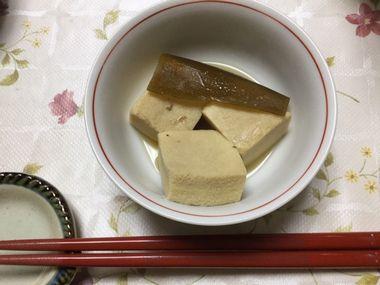 小皿によそった高野豆腐の煮物です。