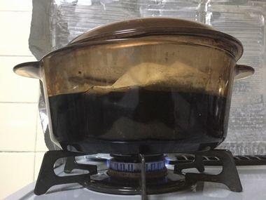 黒豆を煮ているお鍋です。