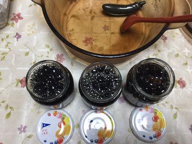 黒豆を瓶詰めしたところです。