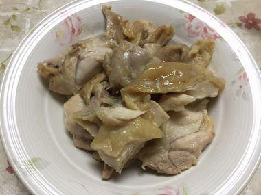 麺つゆご飯と炊いた鶏肉です。