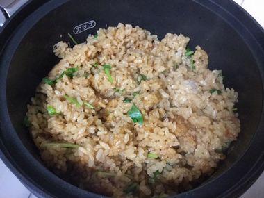 麺つゆ鶏ごはんに三つ葉を散らして混ぜた様子です。