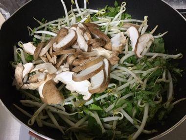 もやしと大根の葉っぱに椎茸を加えたところです。