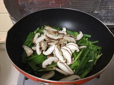 フライパンでニラと椎茸を炒め始めるところです。