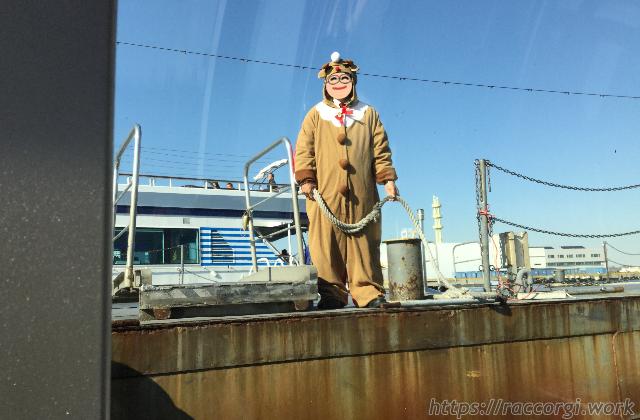 ピア赤レンガでシーバスの到着を待ち構えるトナカイさんです。