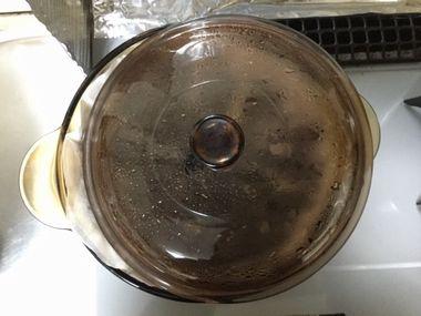 鍋のふたを少しずらしている様子です。