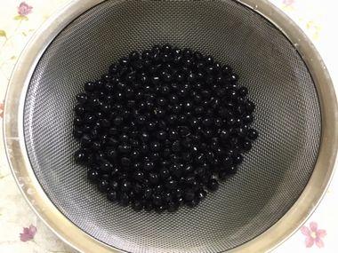 丹波の黒大豆を洗ってざるに上げています。