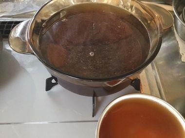 黒豆を煮るシロップを作って別の容器に少し写した様子です。