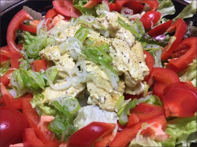 らっこが作った、鶏むね肉のカレー味をサラダにのせています。