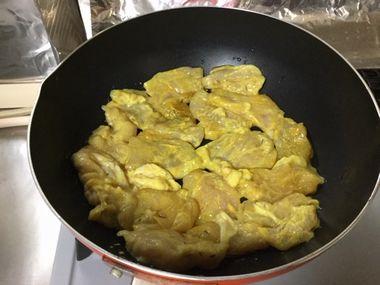 フライパンで、鶏のむね肉を焼き始めたところです。