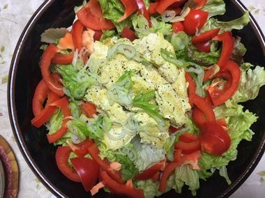 鶏むね肉のカレー味とサラダです。