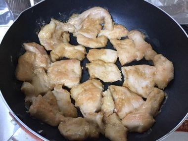 フライパンで、鶏のむね肉を焼いてひっくり返すところです。