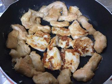 フライパンで、鶏のむね肉を焼いてひっくり返したところです。