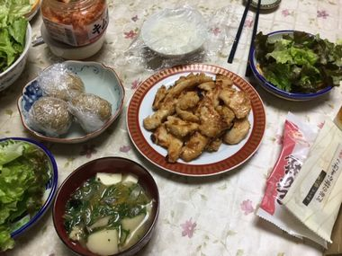 鶏むね肉が並んだ食卓です。