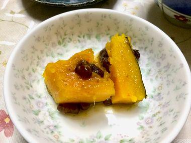 小皿にとった、かぼちゃと小豆の煮物です。