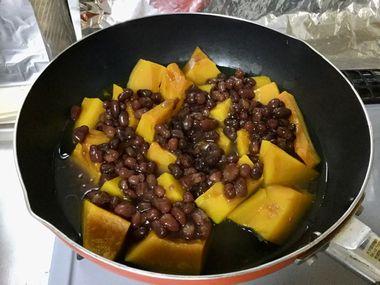 茹でたかぼちゃに小豆としょう油を加えたところです。