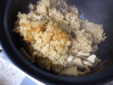 混ぜている炊き込みご飯です。