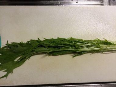 まな板の上の水菜です。