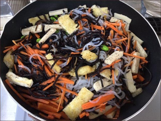 らっこが作った枝豆と高野豆腐入りのひじきの煮物です。