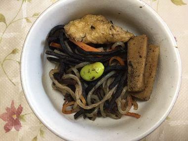 小鉢によそったひじきの煮物です。