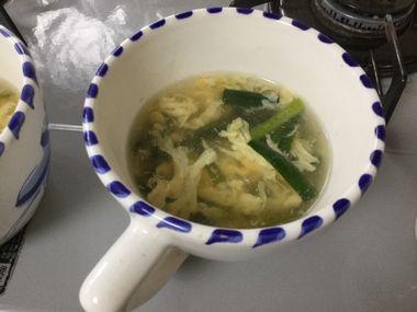 カップに注いだニラ卵スープです。