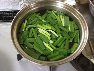 火を止めた鍋にニラを加えたところです。