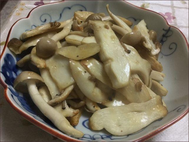 らっこが作ったエリンギのにんにくバター醤油炒めです。