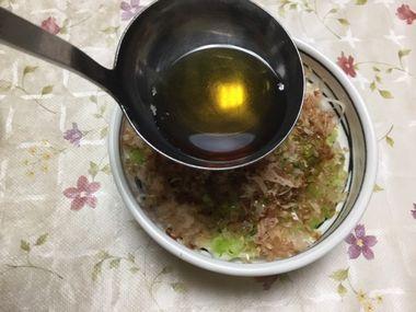 新玉のサラダを作っています。