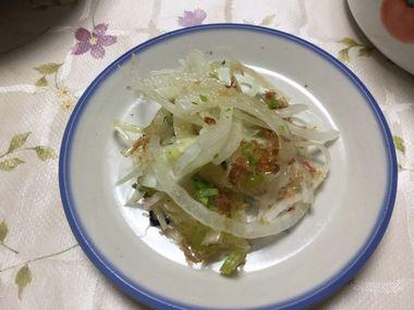 小皿によそった新玉ねぎのサラダです。