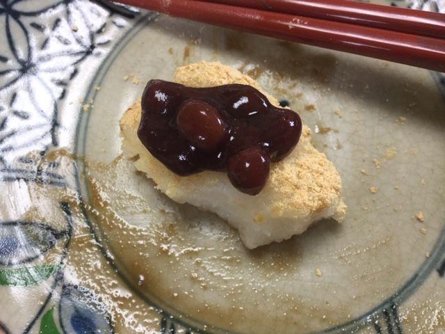 きな粉餅に缶詰のあんこをのせています。
