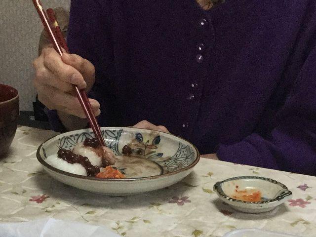 こぎ母が、お餅にあんことキムチを合わせて食べています。
