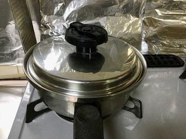 ふたをした小鍋です。