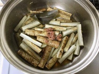 ごぼうにしょう油と梅干を加えたところです。