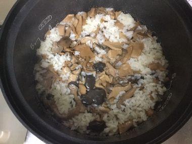 炊きあがった京都雲月のきのこご飯です。