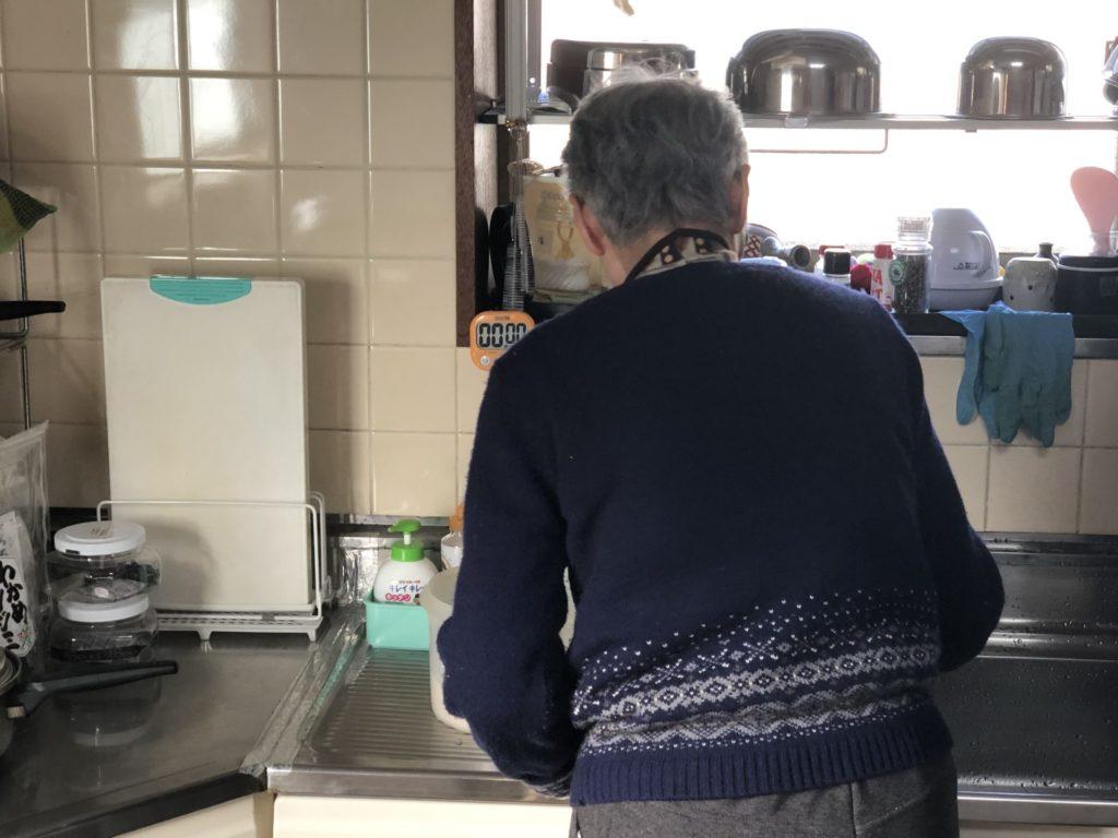 台所で調理する母