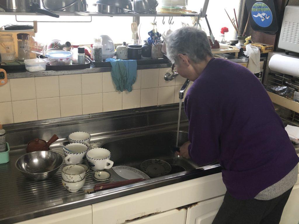 台所に立つ母