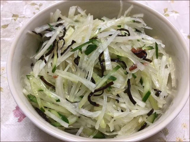らっこが作った、千切り大根の梅きゅう塩昆布サラダです。