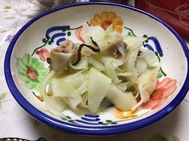 お皿によそった大根のきしめん風サラダです。