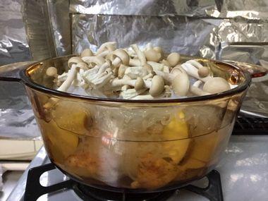 水を入れた肉じゃがの鍋です。