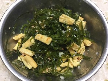 混ぜて完成したすき昆布のサラダです。